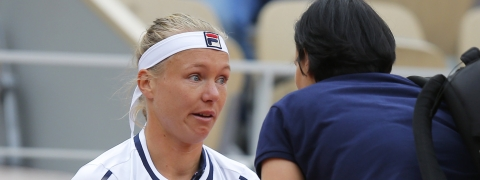 Kiki Bertens gets medical attention prior to retiring from her second round match of the French Open on May 29 (Michel Euler)