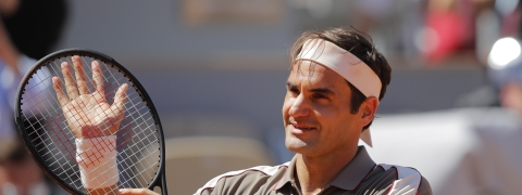 Roger Federer celebrates winning his fourth round match against Argentina's Leonardo Mayer on  June 2 (Michel Euler)