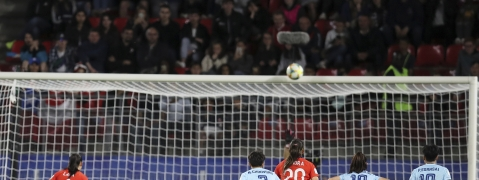 Chile's Francisca Lara, left, hits the crossbar from the penalty spot during the Women's World Cup Group F soccer match between Thailand and Chile at the Roazhon Park in Rennes, France, Thursday, June 20, 2019. (AP Photo/David Vincent)