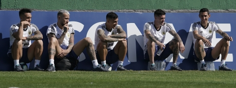 Argentina's soccer players, from left, Lautaro Martinez Nicolas Otamendi, Leandro Paredes, Rodrigo De Paul and Angel Di Maria relax during a practice session in Rio de Janeiro, Brazil, Saturday, June 29, 2019. (AP Photo/Leo Correa)