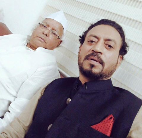 "The picture from 7 July 2016 is captioned ""Bawaal Bihar main, Bawaal logoon ke saath, Bawaal selfie !!! Lalu Prasad Yadav"". (Photo Courtesy: <a href=""https://www.facebook.com/IrrfanKhan/photos/a.1600088546902694.1073741828.1593420754236140/1746934245551456/?type=3&theater"">Facebook/Irrfan Khan</a>)"