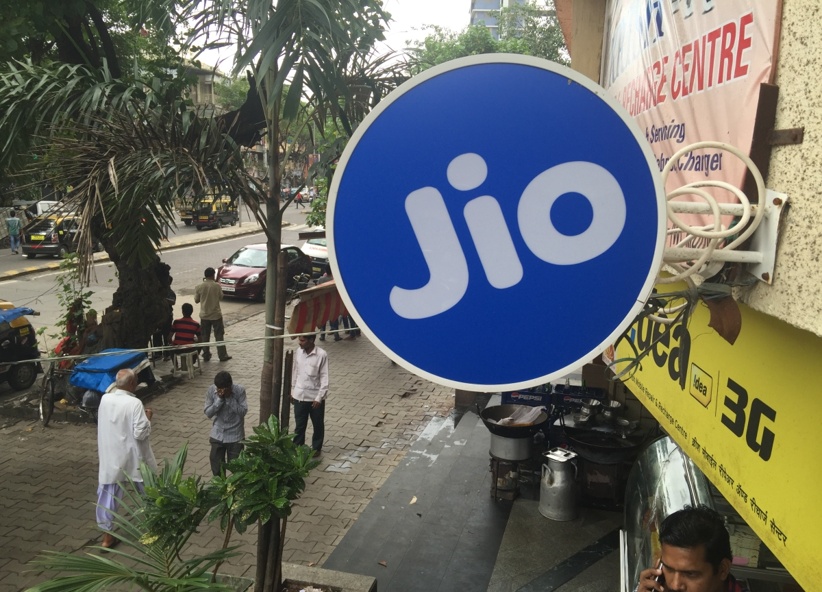 Facebook Held Talks for 10% Stake in Reliance Jio, FT Says