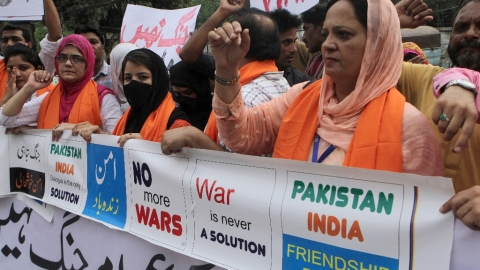 Members of the Pakistani Civil Society Forum take part in a demonstration for peace, in Lahore,  28 September, 2016. (Photo: AP)