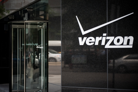 Signage sits on the exterior of a Verizon Communications Inc. store in downtown Chicago, (Photographer: Christopher Dilts/Bloomberg)