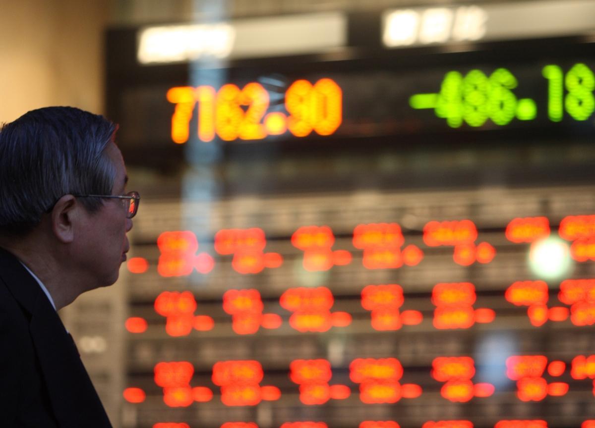 Stocks Pressured on Fresh Trade Fears; Dollar Dips: Markets Wrap
