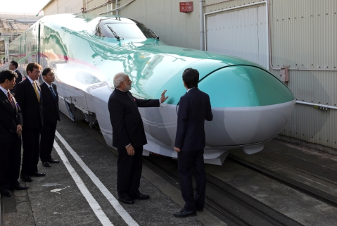 India's prime minister Narendra Modi,  and Japan's prime minister Shinzo Abe look at a Shinkansen bullet train during a visit to a plant of Kawasaki Heavy Industries in Kobe, Japan, on  November 12, 2016. (Photographer: Buddhika Weerasinghe/Bloomberg)