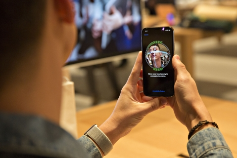 A customer sets up facial recognition on an Apple Inc. iPhone X smartphone during the sales launch at a store in Chicago, Illinois, U.S. (Photographer: Daniel Acker/Bloomberg)
