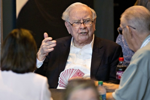 Warren Buffett, chairman and chief executive officer of Berkshire Hathaway Inc., plays bridge at an event on the sidelines the Berkshire Hathaway annual shareholders meeting in Omaha, Nebraska, U.S. (Photographer: Daniel Acker/Bloomberg)