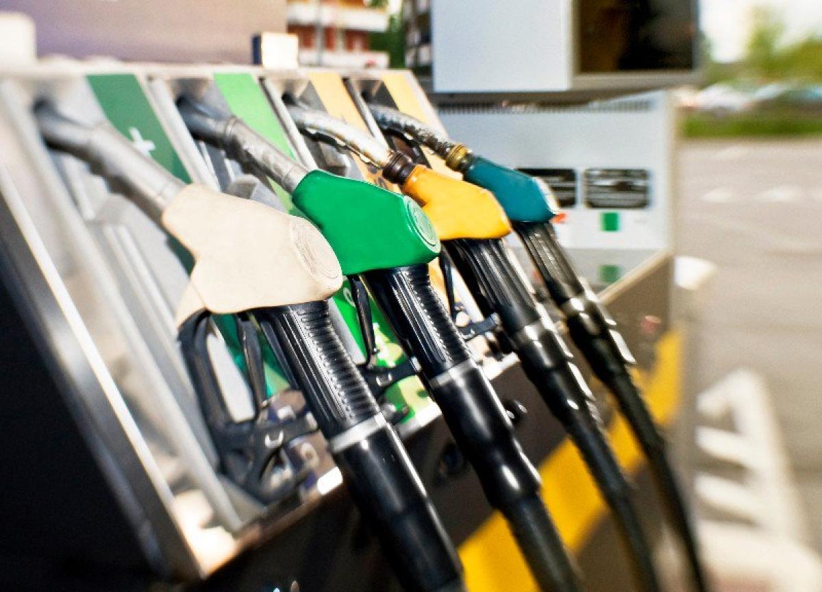 Oil Dips as U.S. Stockpiles Offset Prospect of Deeper OPEC Cuts