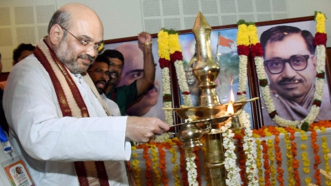 BJP National President Amit Shah lights the lamp at the inauguration of the party's National Council meeting in Kozhikode, Kerala, 23 September, 2016. (Photo: PTI)