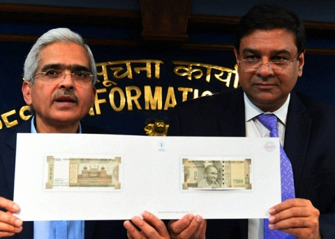 Then-Economic Affairs Secretary Shaktikanta Das and RBI Governor Urjit Patel display the new Rs 500 note, in New Delhi, on November 8, 2016. (Photograph: PTI)