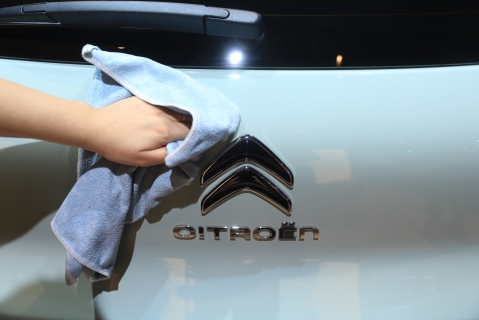 An employee polishes the badge of a Citroen C3 Aircross automobile, manufactured by PSA Peugeot Citroen.  (Photographer: Krisztian Bocsi/Bloomberg)