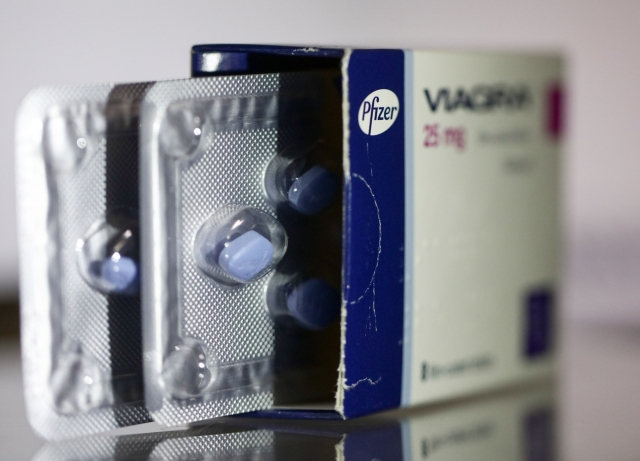 Pfizer's Dealmaker CEO Sharpens Cancer Focus With Plan for Mylan