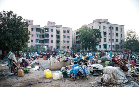 While living in the open, migrant workers are susceptible to eviction by the police or the municipal corporation, as well as harassment from residents of nearby buildings. (Source: Jagjit SIngh/IndiaSpend)