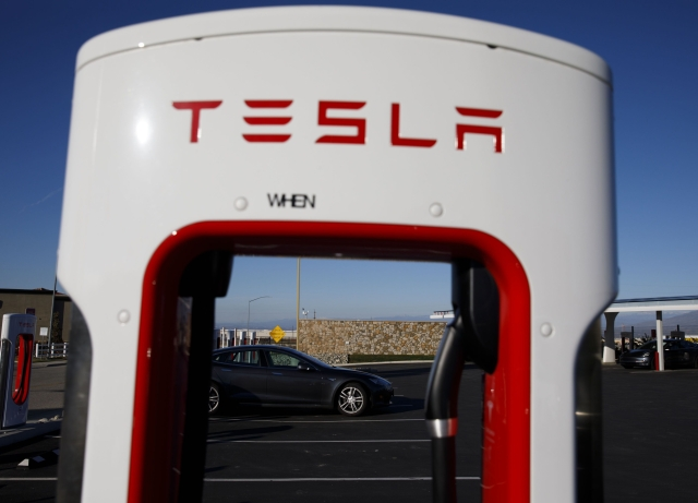 Tesla Gigafactory Jobs >> Tesla S Cell Supplier Hires Battery Expert For Key