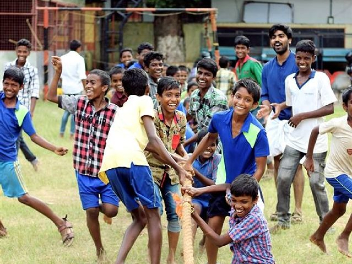 Children and volunteers play 'tug-of-war' in Cochin. (Photograph: Make A Difference)