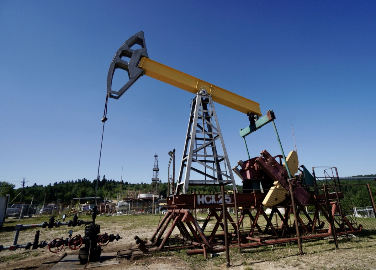 Oil Falls for Second Week as Ample Supply Offsets Trade Hopes