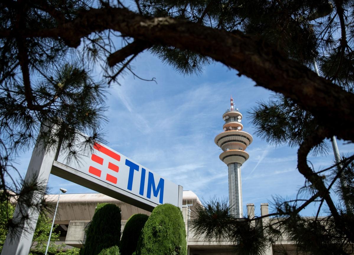 KKR Bids for Telecom Italia Grid Stake as Spinoff Rekindled