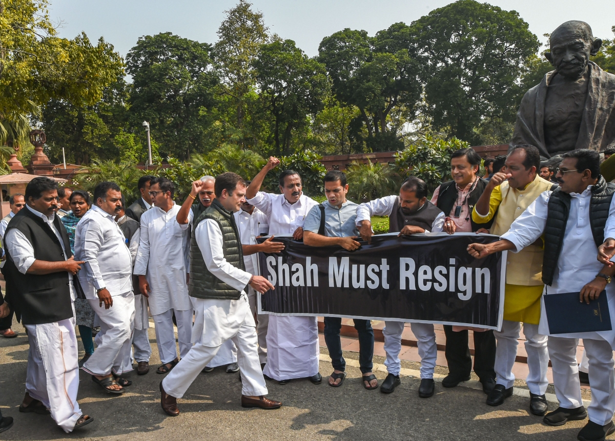 Congress MPs Rahul Gandhi, Shashi Tharoor and others raise slogans during a protest over Delhi violence, at Parliament (Source: PTI)