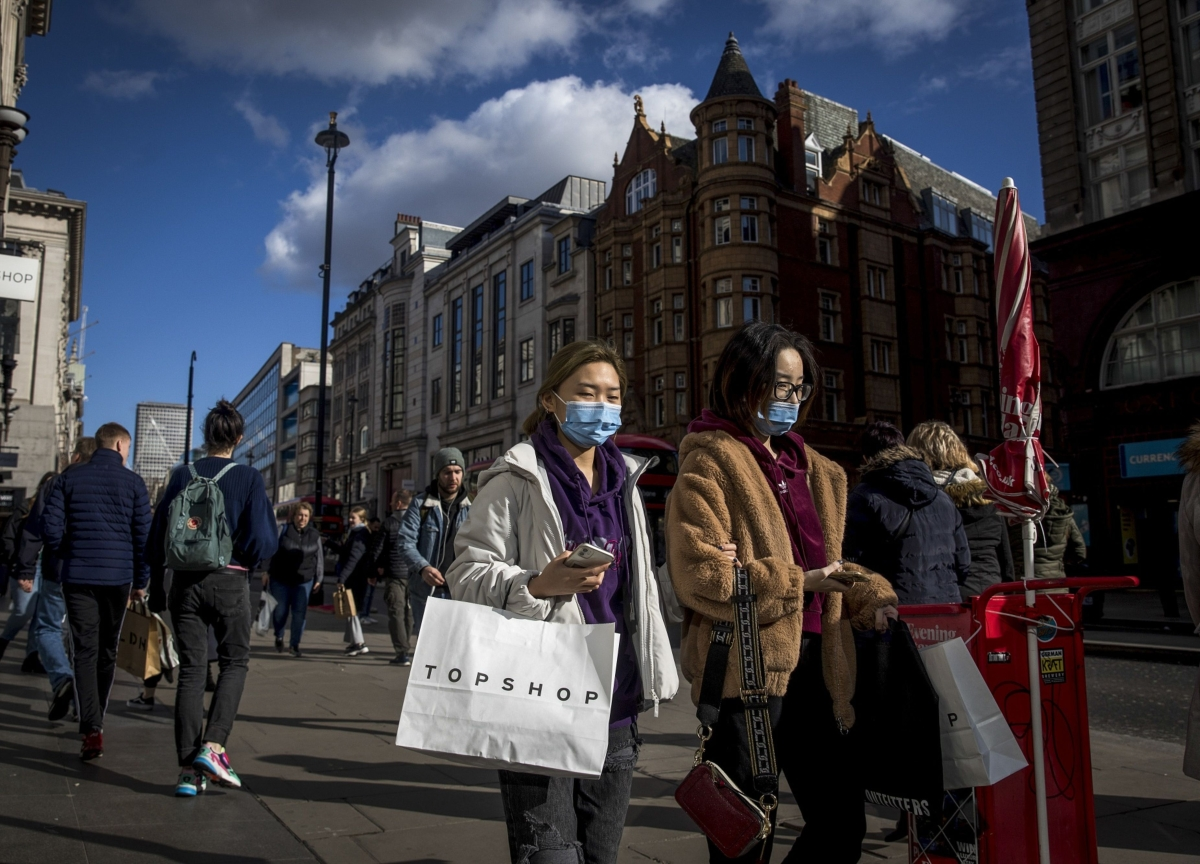 U.K. Abandons Effort to Contain Virus as 10,000 May Be Infected
