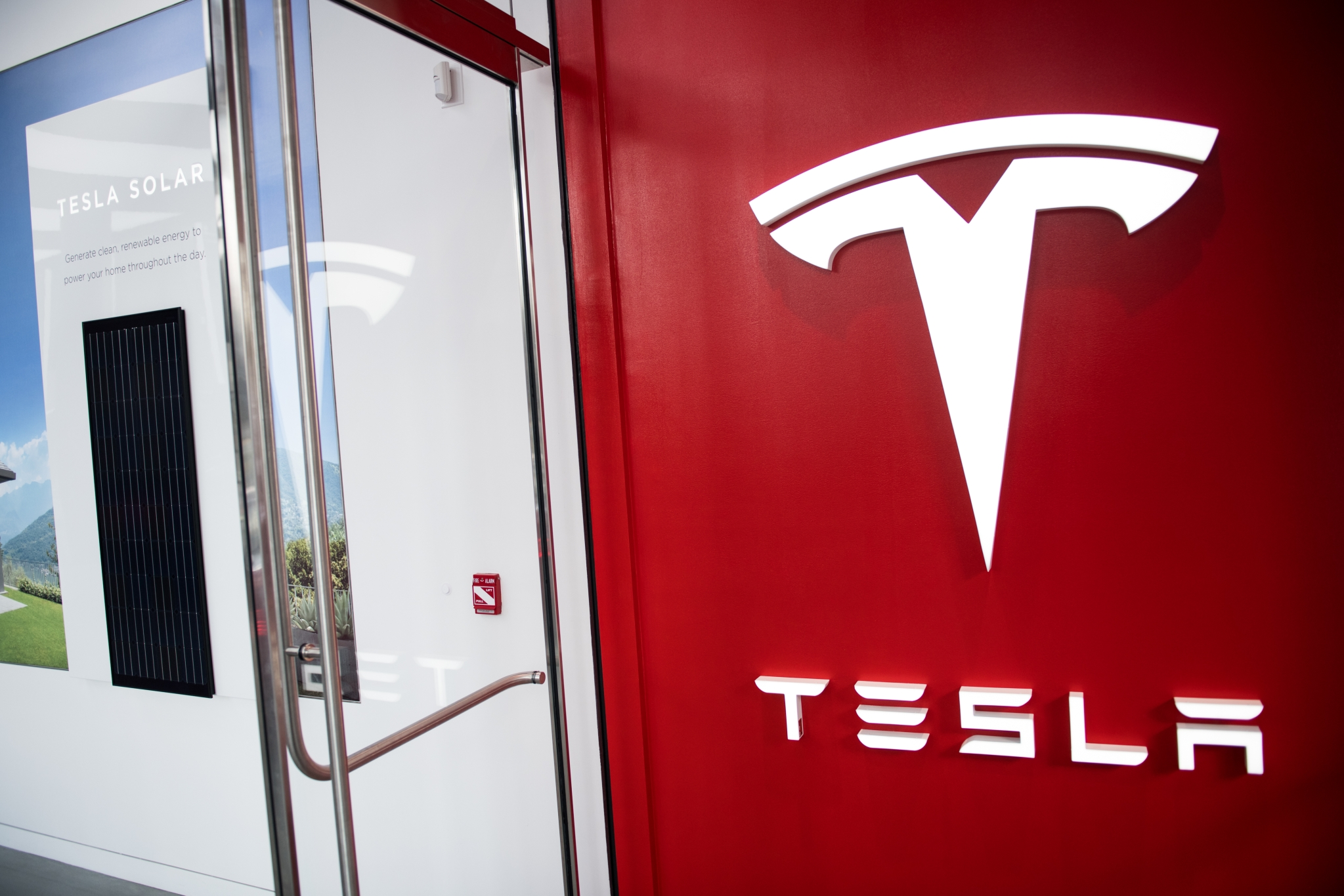 Tesla S Nyc Store Sells Solar Cars And Home Batteries