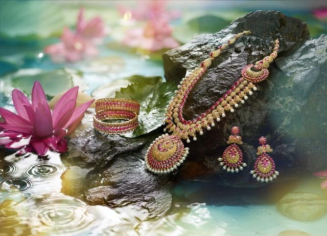 A jewellery set from Kalyan Jewellers.