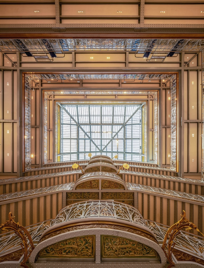 A view of the Samaritaine's staircase and the restored glass roof from 1907.