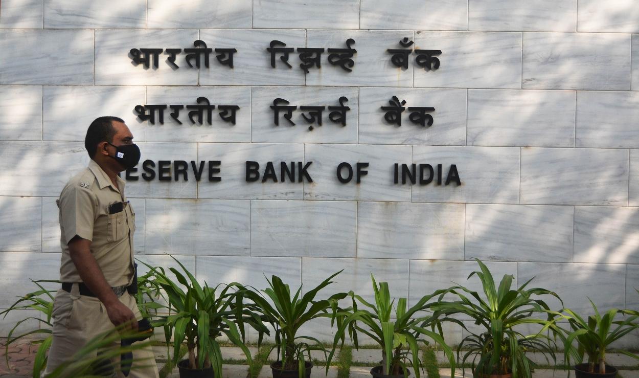RBI to follow 'zor ka jhatka dheere se' in monetary policy