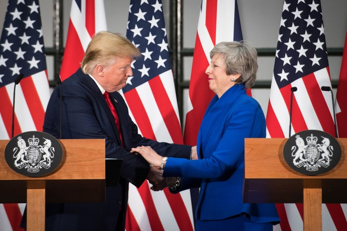 Donald Trump urges Theresa May to stay, finalise US-UK trade deal