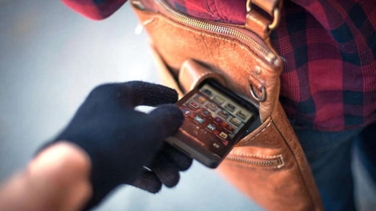 Thieves hit Kalyan APMC market, steal 13 cellphones