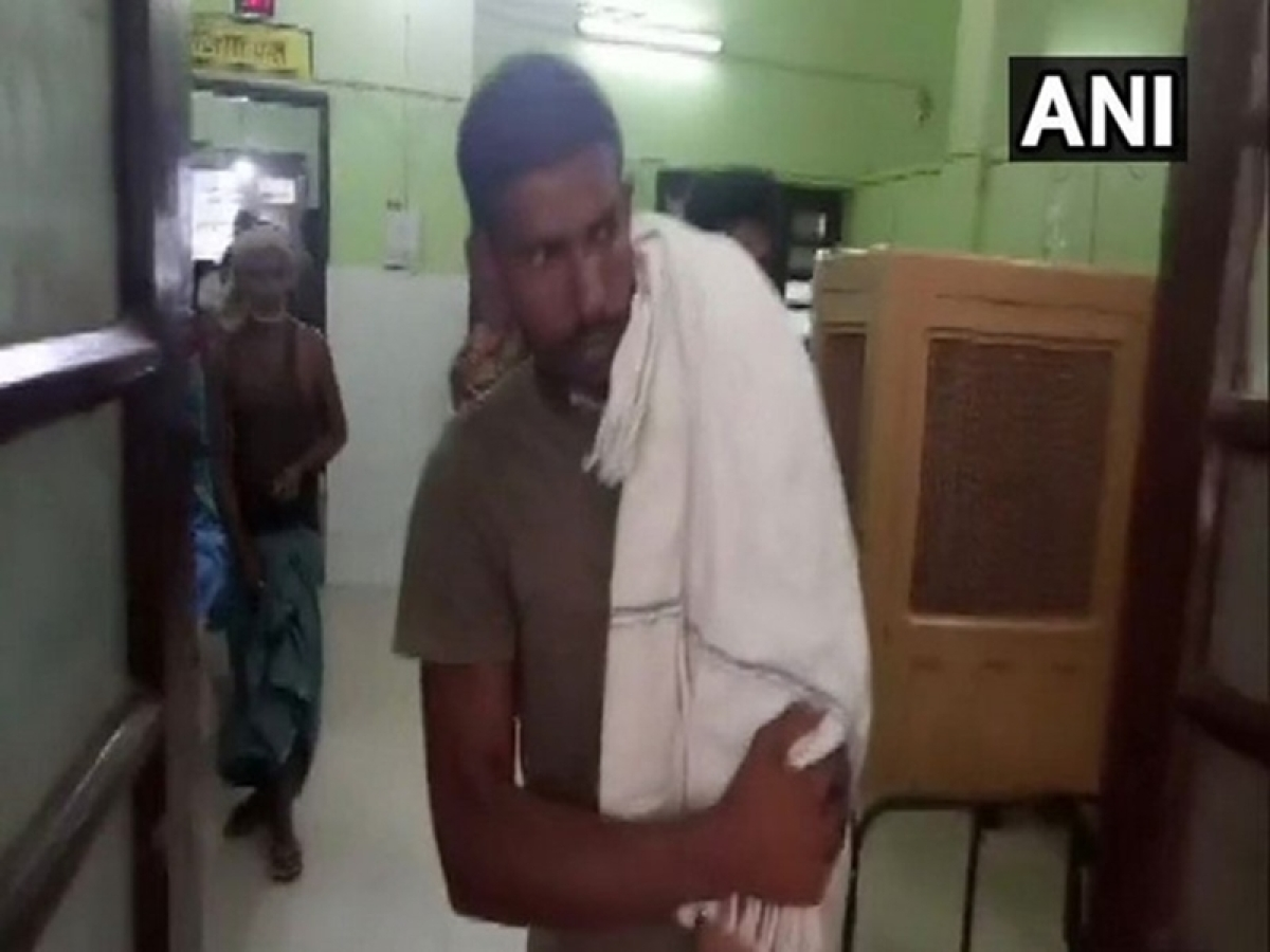 Bihar: Man carries child on shoulder after being denied an ambulance