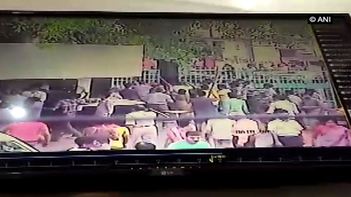 Clash breaks out in front of Kejriwal Hospital in Muzaffarpur