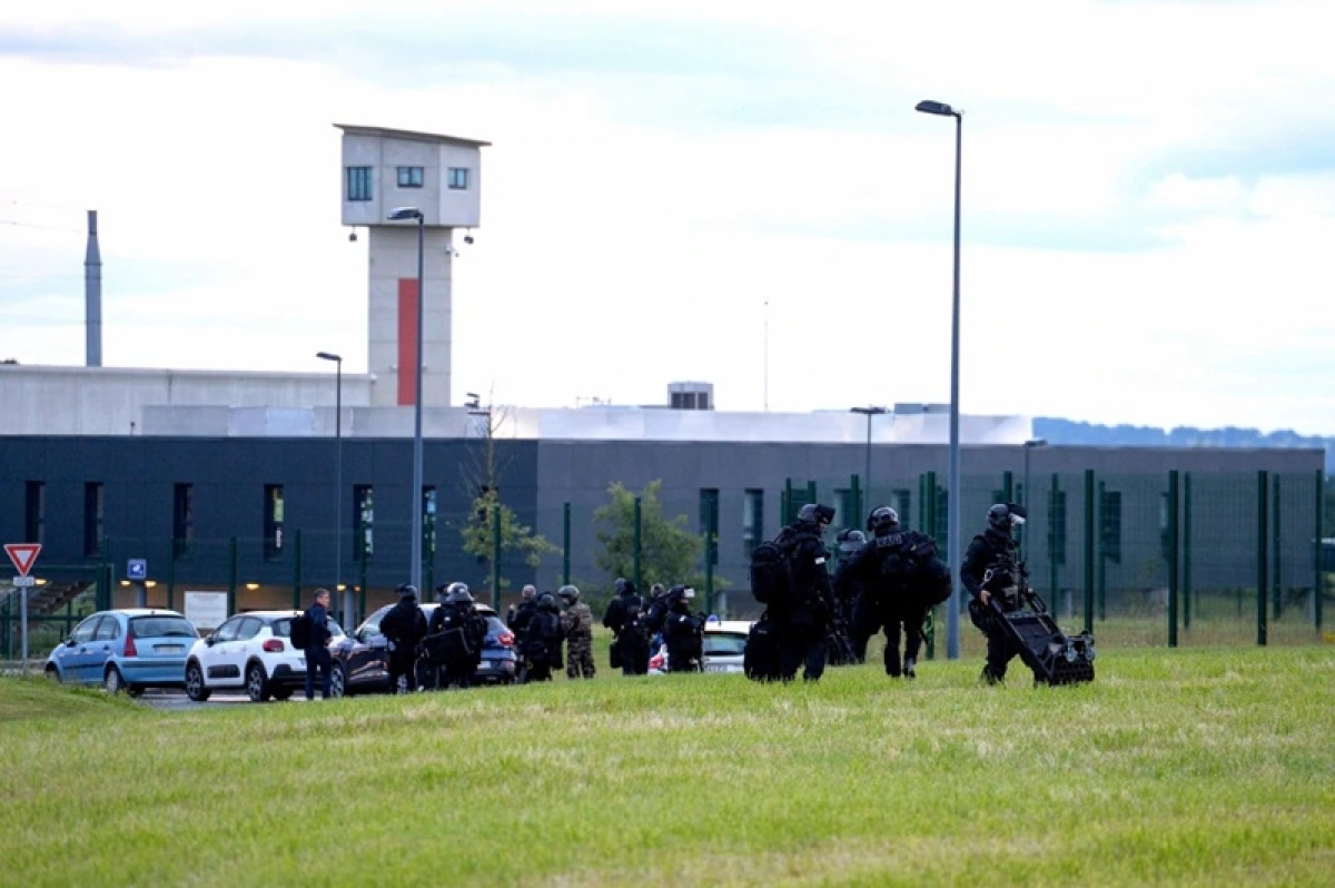 One guard freed in French prison hostage standoff