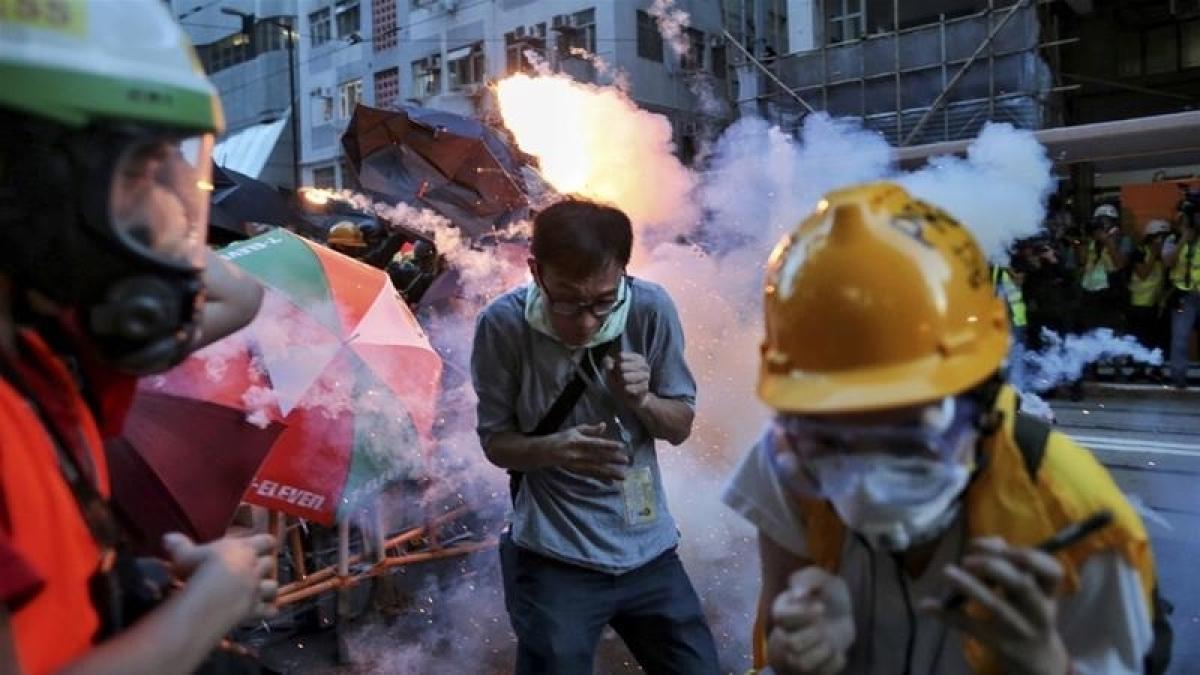 Hong Kong police fire tear gas on protestors