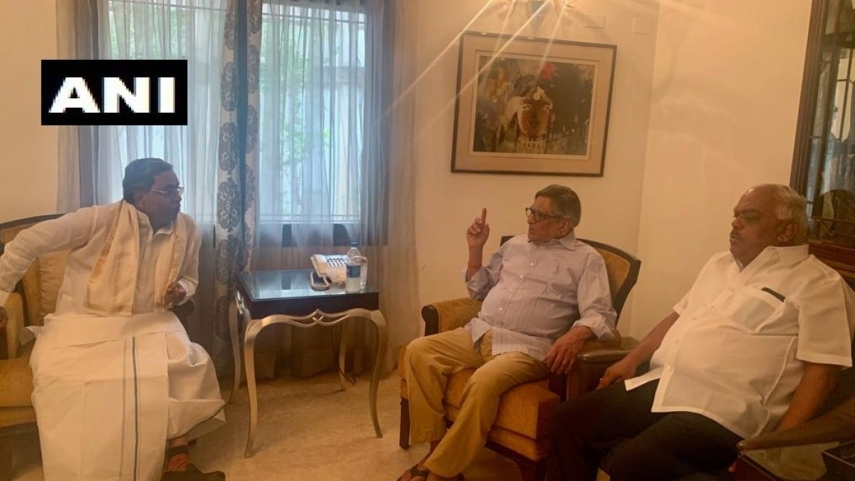 Congress Legislative Party leader Siddaramaiah & Former Assembly Speaker, KR Ramesh Kumar meet Former Union Min SM Krishna at his residence in Bengaluru