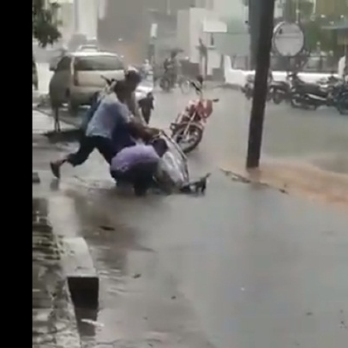 After video of two-wheeler being swallowed by open manhole goes viral, BMC clarifies it is not from Mumbai