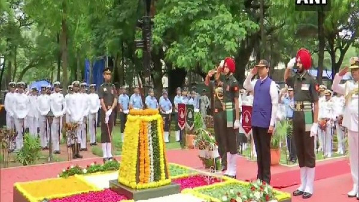 Mumbai: CM Fadnavis pays tribute to Kargil war heroes in Colaba