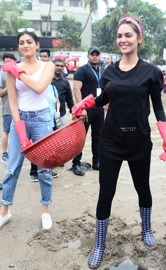 Actress Esha Gupta participated in Dadar Beach clean-up drive as they celebrates 100 week of cleaning the shore.