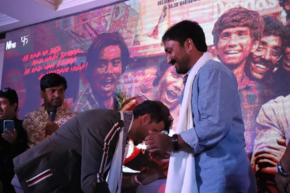 Hrithik Roshan stuns Anand Kumar by touching his feet