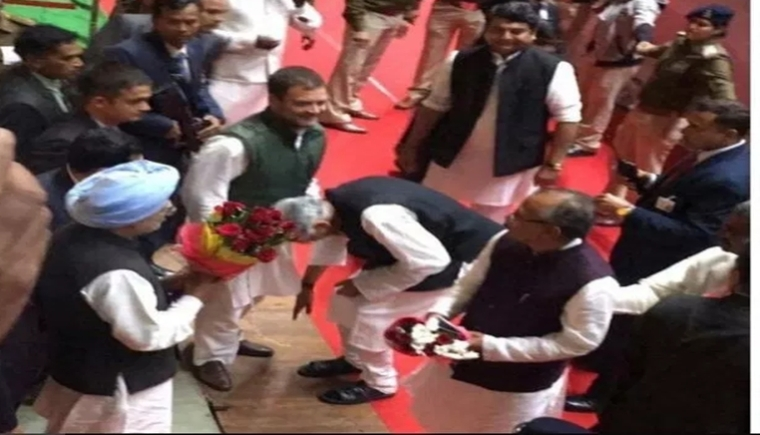 Did senior Congress leader Motilal Vohra bend down to touch Rahul Gandhi's feet?