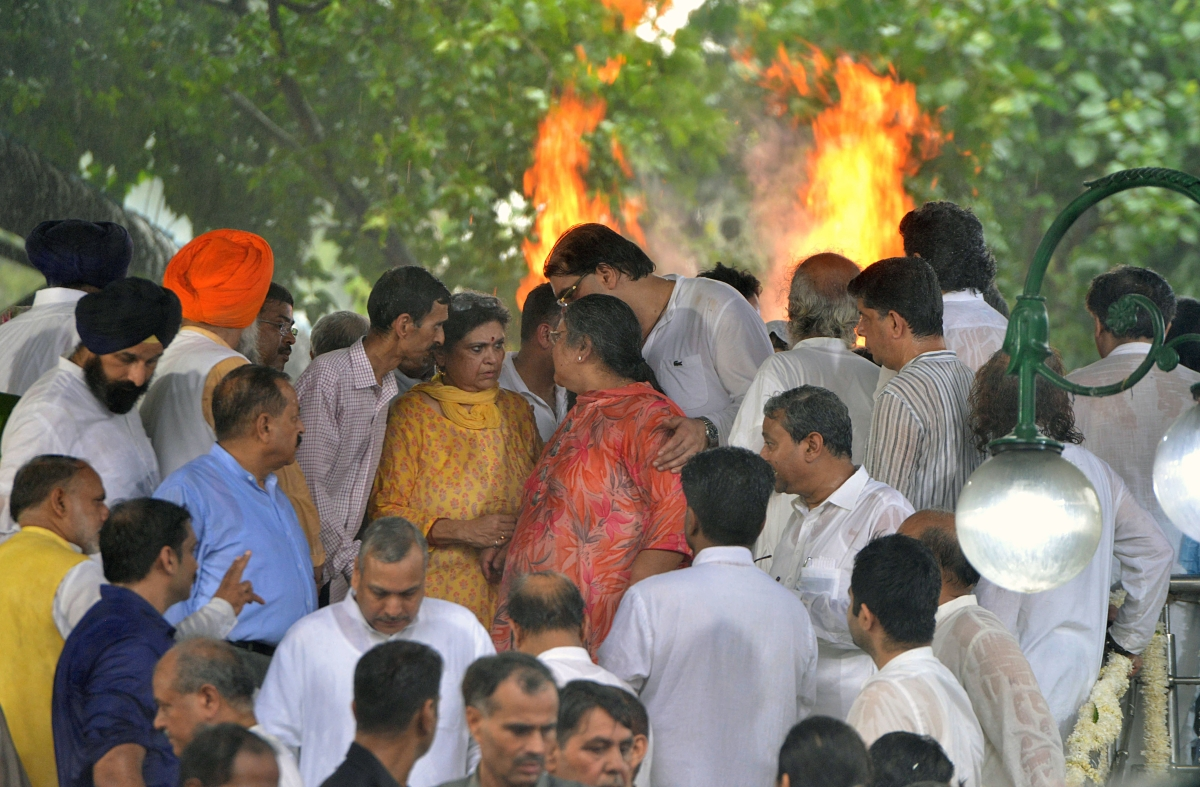 Family members of former Finance Minister Arun Jaitley during his funeral, at Nigambodh Ghat in New Delhi
