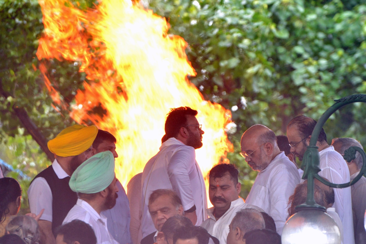 Union Home Minister Amit Shah along with Rohan Jaitley (L) son of former Finance Minister Arun Jaitley during his funeral at Nigambodh Ghat in New Delhi