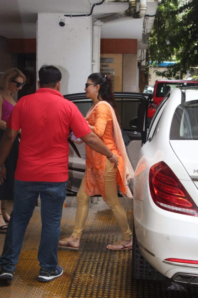 Jacqueline Fernandez at clinic in Bandra