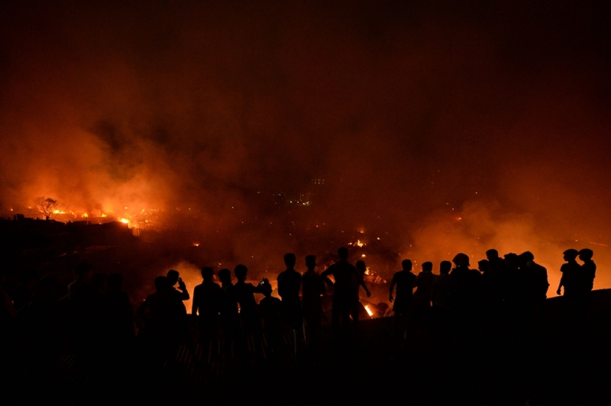 10,000 homeless after fire razes Bangladesh slum