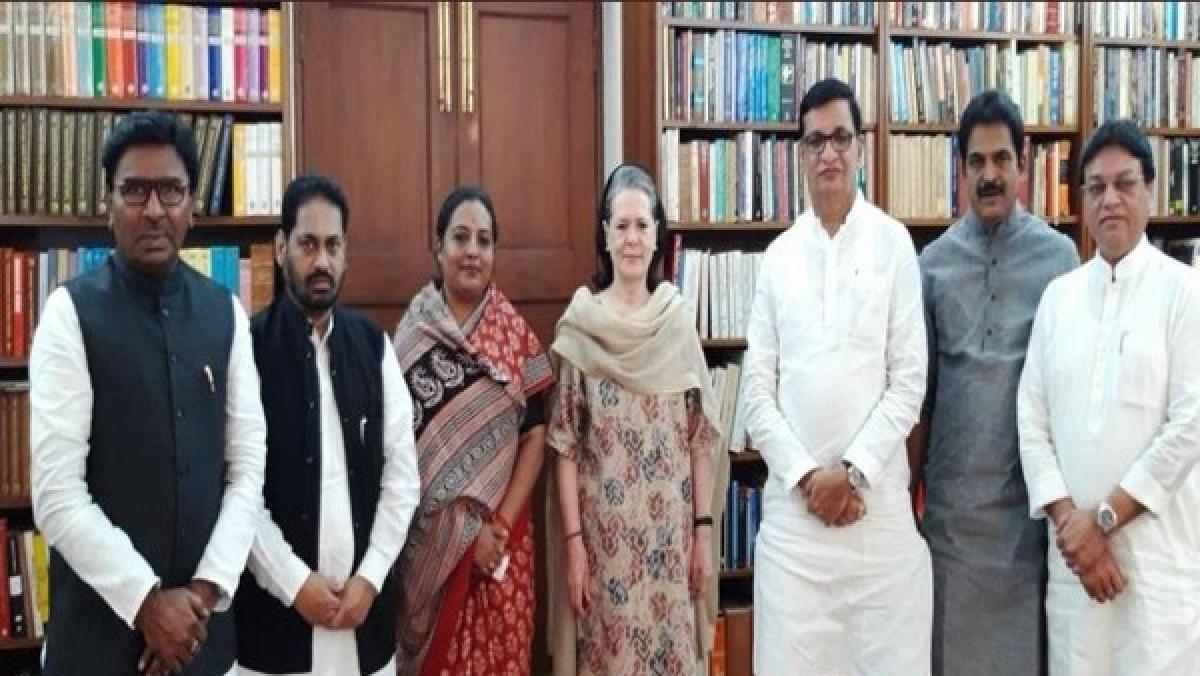 Congress leaders from Maharashtra meet Interim Congress President Sonia Gandhi