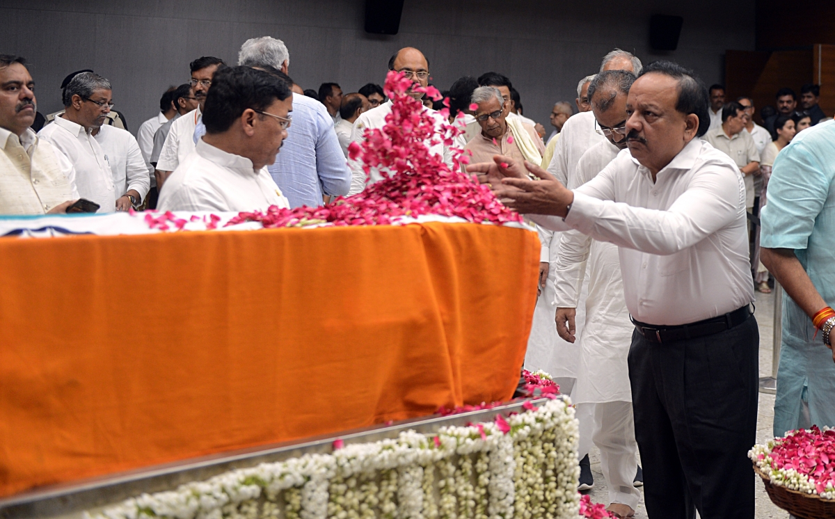 Union Health Minister Dr. Harshvardhan pays floral tributes during the last respects of former Finance Minister Arun Jaitley at BJP headquarters in New Delhi