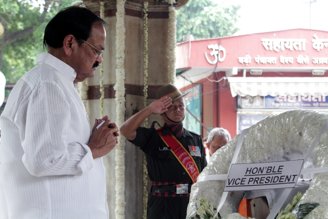Vice-President M Venkaiah Naidu pays tribute to former Finance Minister Arun Jaitley at Nigambodh Ghat in New Delhi