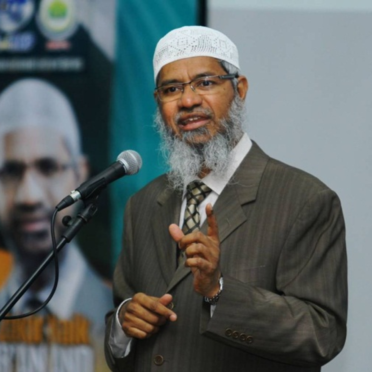 Zakir Naik apologises to Malaysians for racial remarks which sparked calls for his ban