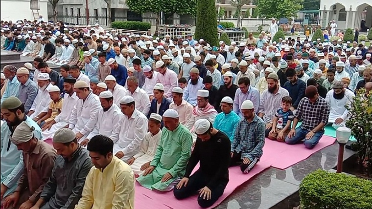 Eid celebrated peacefully in Jammu and Kashmir, thousands offer prayers at prominent mosques