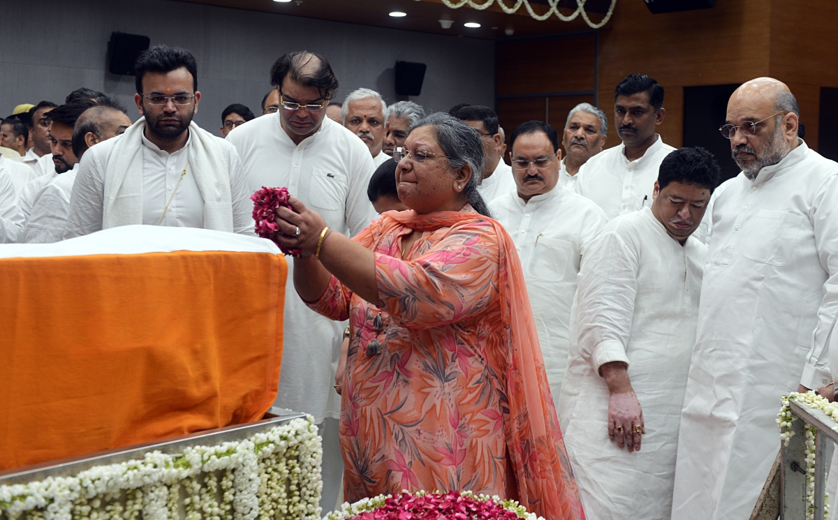 Sangeeta Jaitley wife of former Finance Minister Arun Jaitley breaks down as she pays floral tributes along with her son during the last respects of Arun Jaitley at BJP headquarters in New Delhi